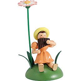 Blumenkind mit Gänseblümchen und Panflöte sitzend  -  12cm