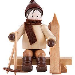 Thiel - Figur Skifahrer auf Bank  -  natur  -  5,5cm